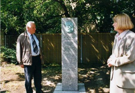 Nach der Enthüllung der Stele für Ernst Busch, 8. Juni 2000 (Dr. Gisela Grunewald, Bezirksbürgermeisterin von Berlin-Pankow und Prof. Dr. Jürgen Elsner, Vorsitzender des Freundeskreises Ernst Busch e.V.)